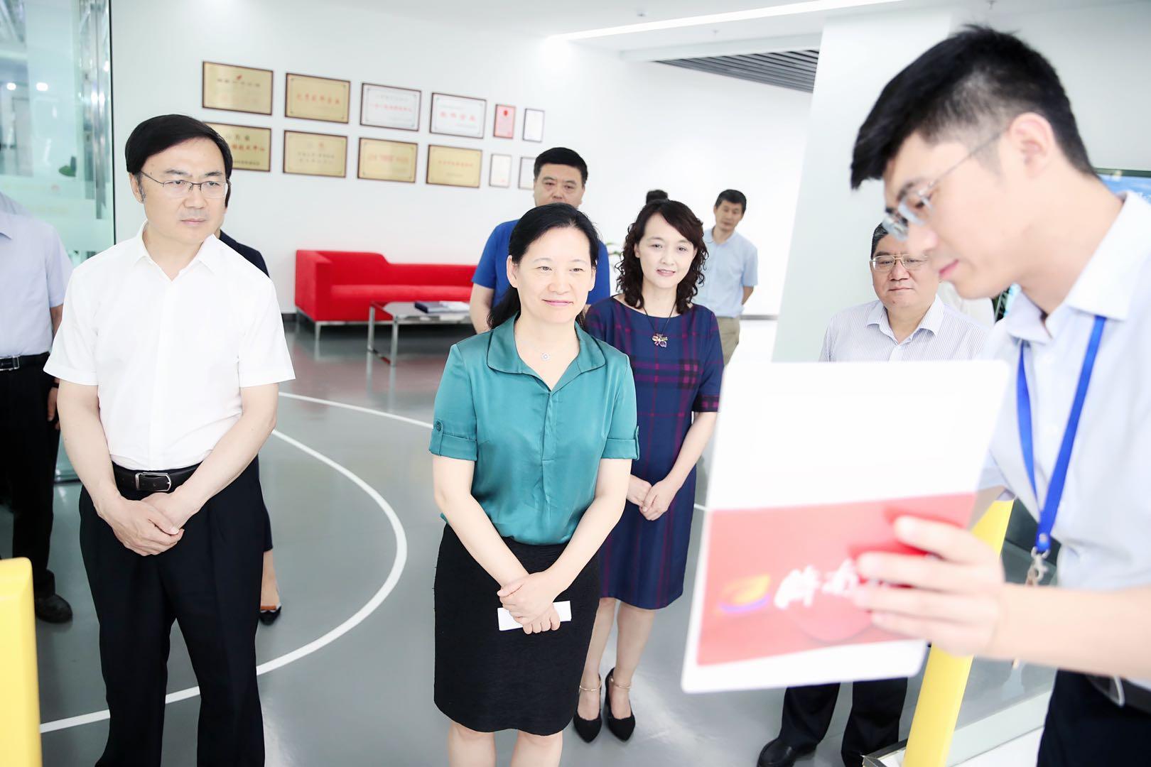 省委宣传部副部长、省委网信办主任卢岚到88百家乐现金网报业集团调研